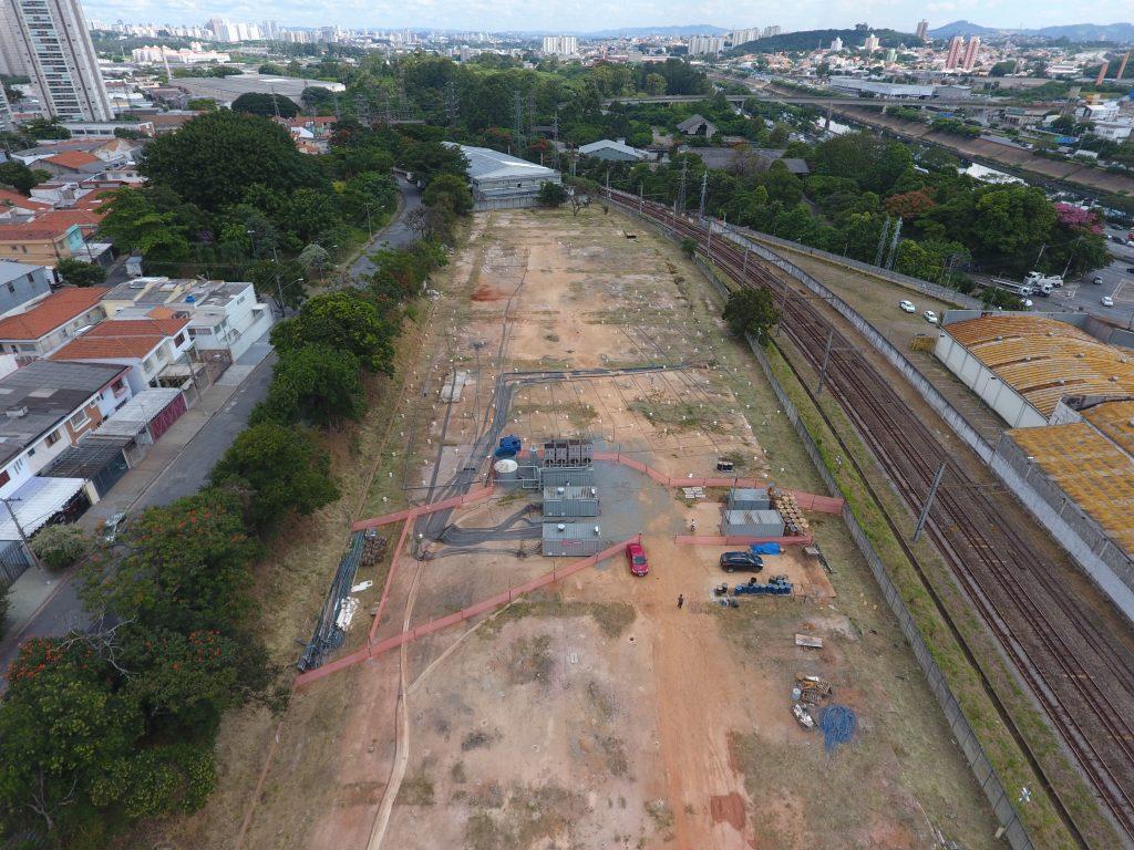 Viaduto de drone de remediação térmica próximo a ferrovias no Brasil