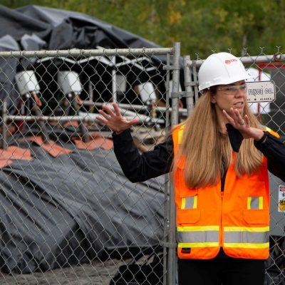执行首席工程师 Emily Crownover 带领参观了位于阿拉斯加费尔班克斯的艾尔森空军基地,在那里 TRS 正在将其热传导加热技术用于含有易地土壤库存的 PFAS(背景图)。